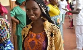 Une jeune femme assiste à la campagne de sensibilisation pour la réparation des fistules à Batouri au Cameroun. La fistule obstétricale est l'une des lésions post-partum les plus dévastatrices, affectant en particulier les femmes les plus marginalisées de la société. Cette lésion pelvi-génitale peut être évitée et réparée chirurgicalement. © UNFPA Cameroun/Olive Bonga